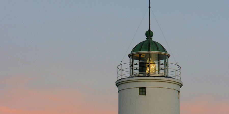 Leuchtturm bei Abenddämmerung